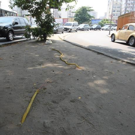 Fiação exposta representa risco para pedestres entre as ruas Silva Rabelo e Medina, no Méier Foto: Eduardo Naddar