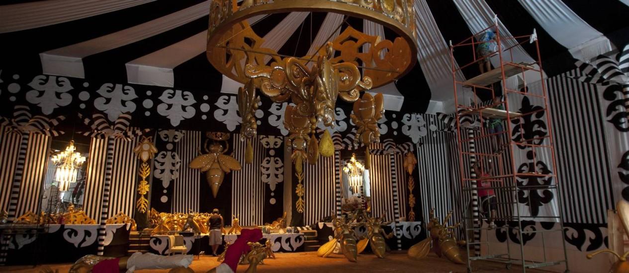 Um dos salões que estão sendo decorados para o baile do Copacabana Palace Foto: Rafael Andrade / O Globo
