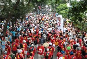 Desfile do bloco 'Imaginou, agora amassa', no Leblon, que teve a presença de policiais para garantir a segurança Foto: Hudson Pontes / O Globo