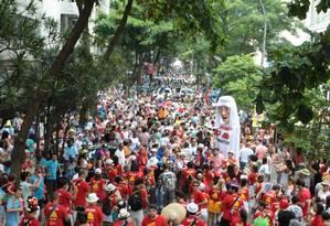 Foliões do bloco 'Imaginou? Agora amassa!' ocuparam a Rua José Linhares, no Leblon, na manhã de sábado Foto: Hudson Pontes / O Globo