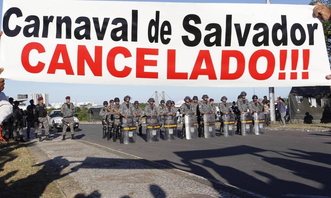Os policiais militares da Bahia permaneceram em greve por 12 dias Foto: Marcelo Carnaval / O Globo