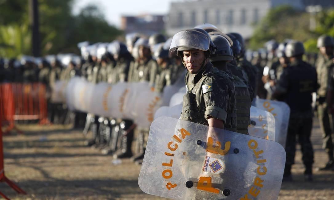 Soldados do exército cercaram a Assembleia Legislativa e houve momentos de tensão Foto: Marcelo Carnaval / O Globo