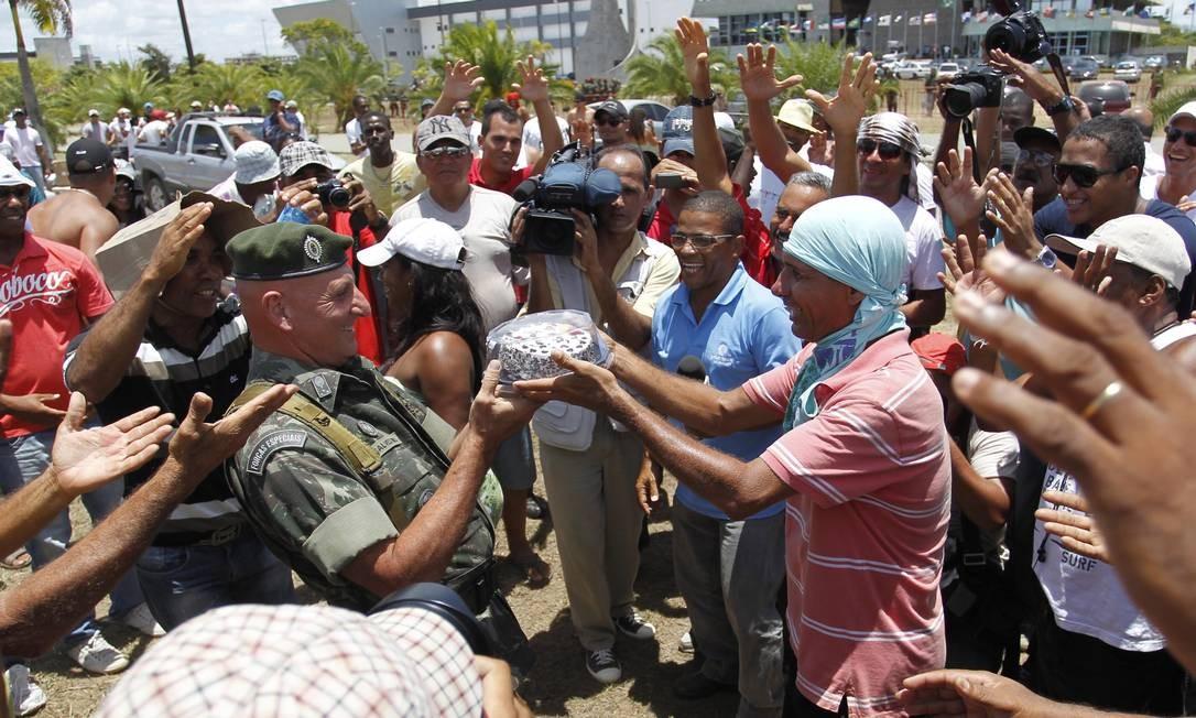 O General Gonçalves Dias, ex-chefe da Segurança de Lula e comandante da operação na Bahia foi homenageado pelos manifestantes no dia de seu aniversário. Ele recebeu um bolo e ficou emocionado. A atitude não foi bem recebida pelo Planalto Foto: MARCELO CARNAVAL / O Globo
