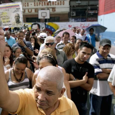 Eleitores fazem fila para escolher rival de Chávez entre opositores Foto: Reuters