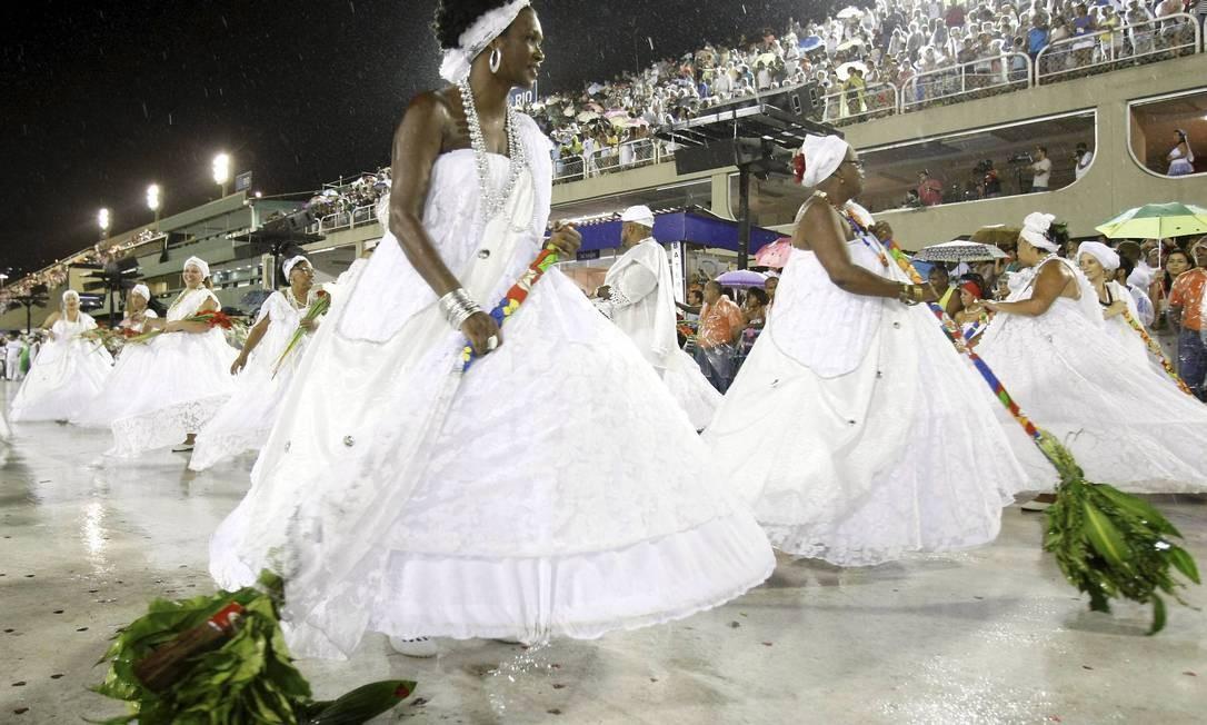 As baianas evoluem por toda a pista do Sambódromo durante o ato ecumênico: pombas brancas foram lançadas e palmas, oferecidas aos santos Foto: Guito Moreto / O Globo