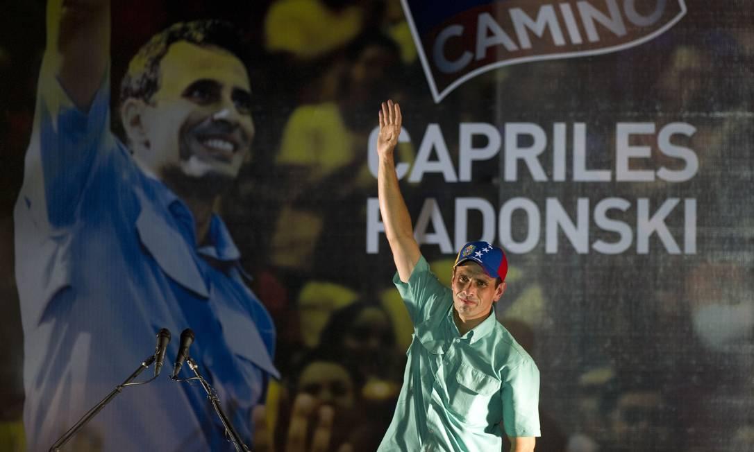 O candidato da oposição da Venezuela, Henrique Capriles, comemora a vitória nas urnas Foto: AFP