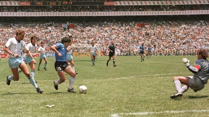 Maradona se livra de meio time da Inglaterra para marcar um dos gols mais bonitos da história das Copas Foto: AFP