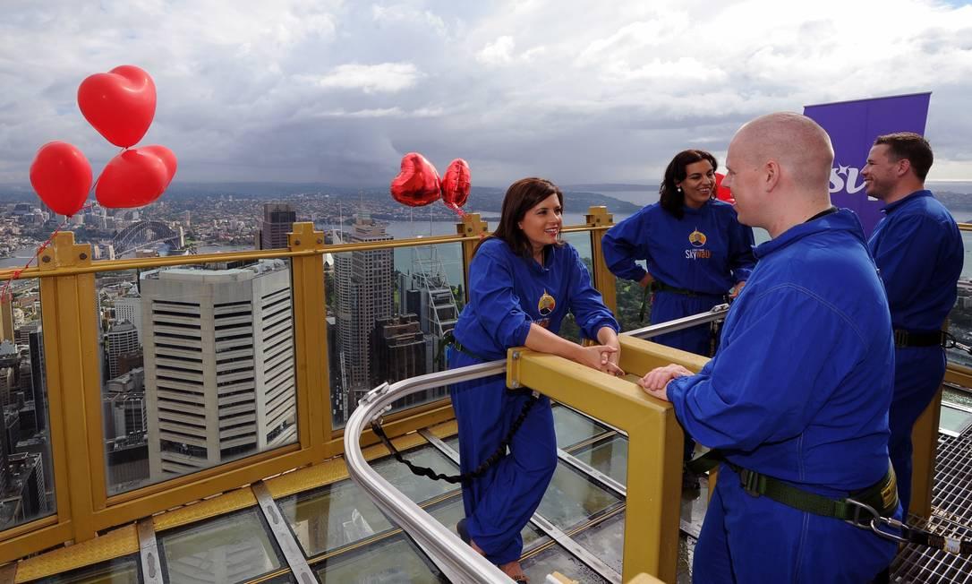 Casais participam de um encontro-relâmpago às cegas no alto da Torre de Sydney: cinco minutos para conhecer o pretendente a 260 metros de altura AFP