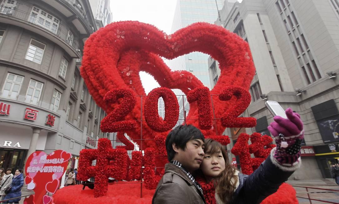 Casal tira foto em frente a decoração romântica em Wuhan, na China REUTERS
