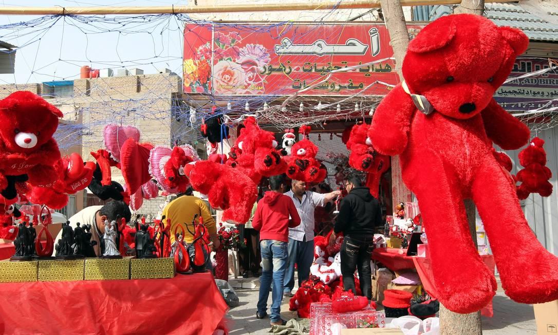 Presentes à venda em Bagdá. A tradição do Dia de São Valentim manda presentear as pessoas queridas com flores, cartões ou outros objetos AFP