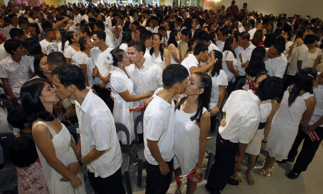 300 casais se beijam após cerimônia de casamento coletiva em Manila, nas Filipinas REUTERS