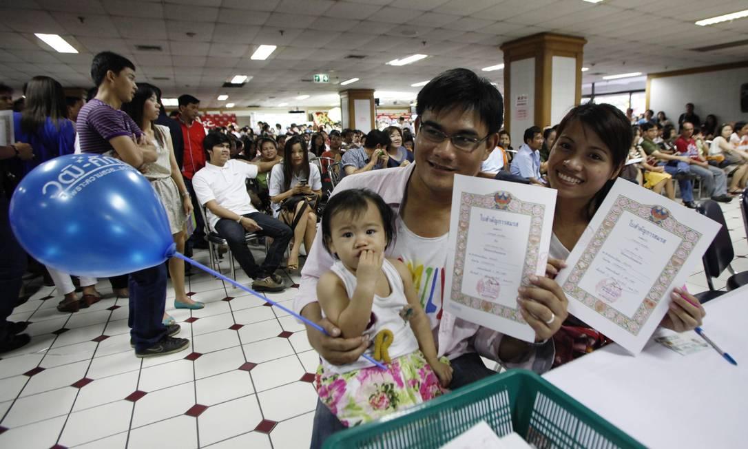 Recém-casados exibem certidão de casamento em Bangkok, na Tailândia REUTERS