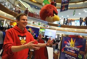 Henri Holm, vice-presidente da Rovio na Ásia, brinca com boneco da linha Angry Birds em Jacarta, na Indonésia Foto: ROMEO GACAD / AFP