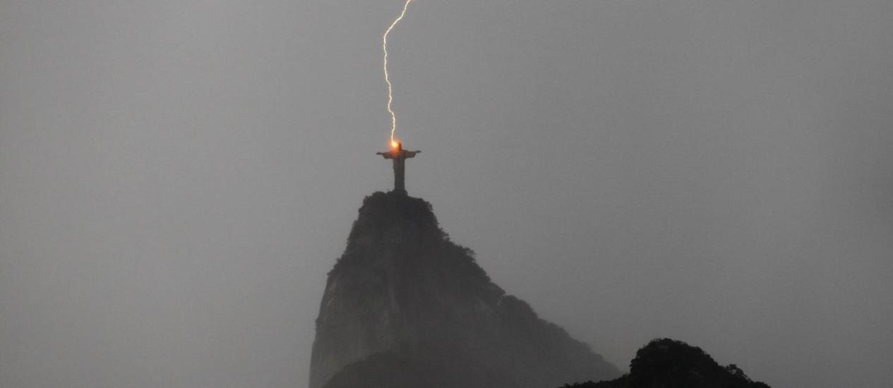 Raio atinge a estátua do Cristo Redentor, no Rio: informação está reduzindo número de vítimas fatais no país Foto: Custódio Coimbra