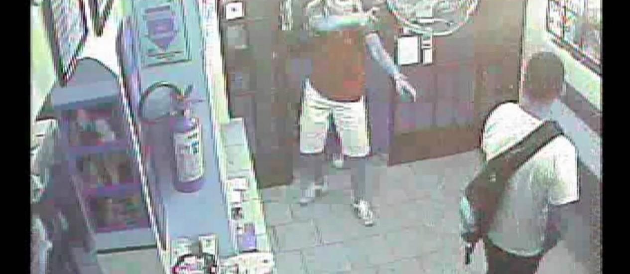 Assaltante anuncia roubo no restaurante Nello's, em São Paulo, com arma em punho Foto: Reprodução de câmera de vídeo
