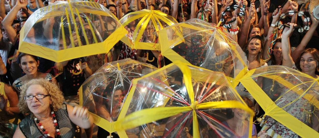Sargento Pimenta pede para público levar guarda-chuvas para desfile e ensaiar coreografias Foto: O Globo / Marcelo Piu