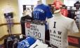 Camisetas com frases sobre a máfia fazem sucesso na loja do Mob Museum, em Las Vegas