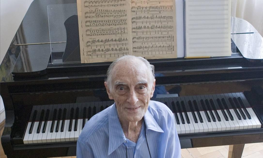O compositor Remo Usai, em sua casa, em foto de 2009 Foto: Leonardo Aversa / Arquivo O Globo