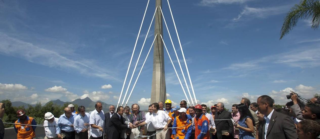 O governador Sérgio Cabral e o prefeito do Rio, Eduardo Paes, durante a inauguração da Ponte Estaiada da Ilha do Fundão Foto: Rafael Andrade / O Globo