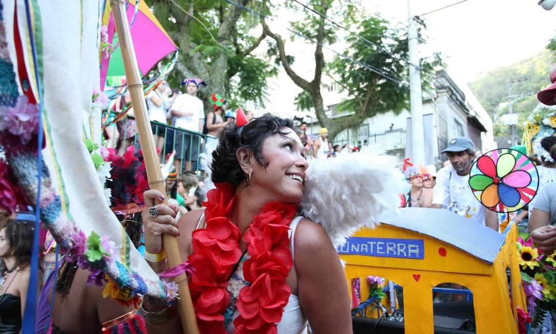 A porta-estandarte do bloco Céu na Terra levou o pavilhão e abriu o desfile na manhã deste sábado Agência O Globo / Ana Branco