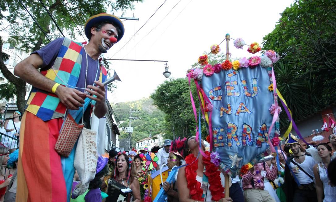 Palhaço, perna-de-pau e muitas cores no tradicional desfile do bloco Céu na Terra Agência O Globo / Ana Branco