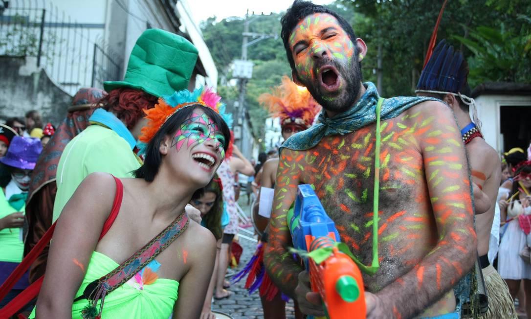 Quem não tem fantasia improvisou uma pintura no corpo e não perdeu a festa Agência O Globo / Ana Branco