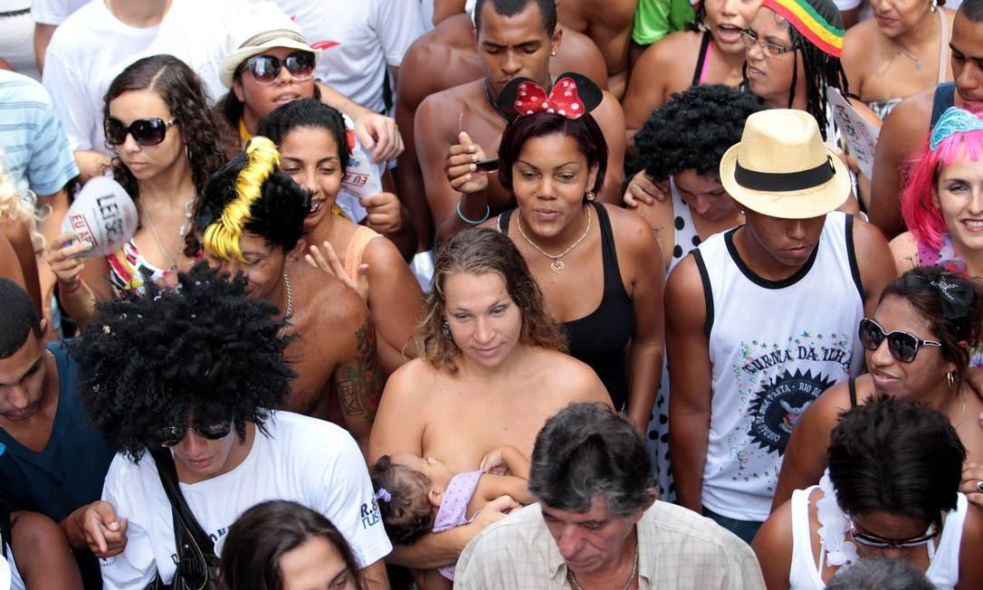 Foliã amamenta o filho durante o desfile do Bola Preta Foto: Gabriel de Paiva / O Globo