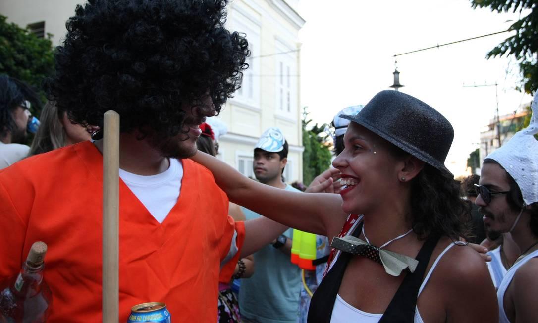 Foliões aproveitam para conversar (ou paquerar?) durante a passagem do bloco Ana Branco / Agência O Globo