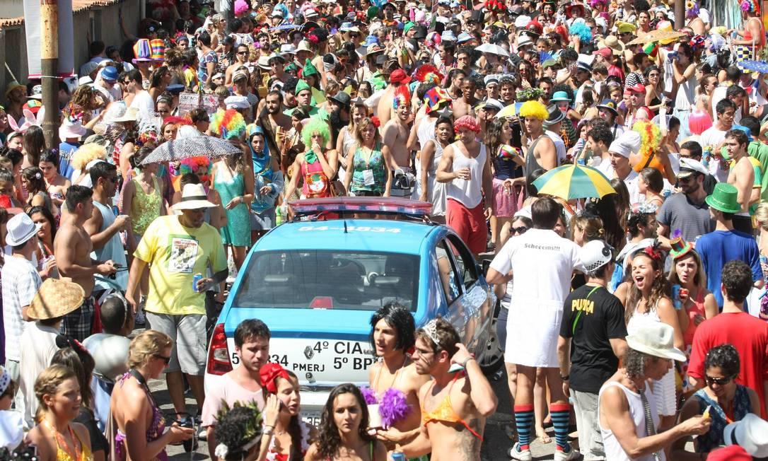 Mas nem tudo correu bem durante o bloco. Um carro da polícia tentou avançar no sentido contrário ao do bloco e foi vaiado pela multidão Ana Branco / Agência O Globo