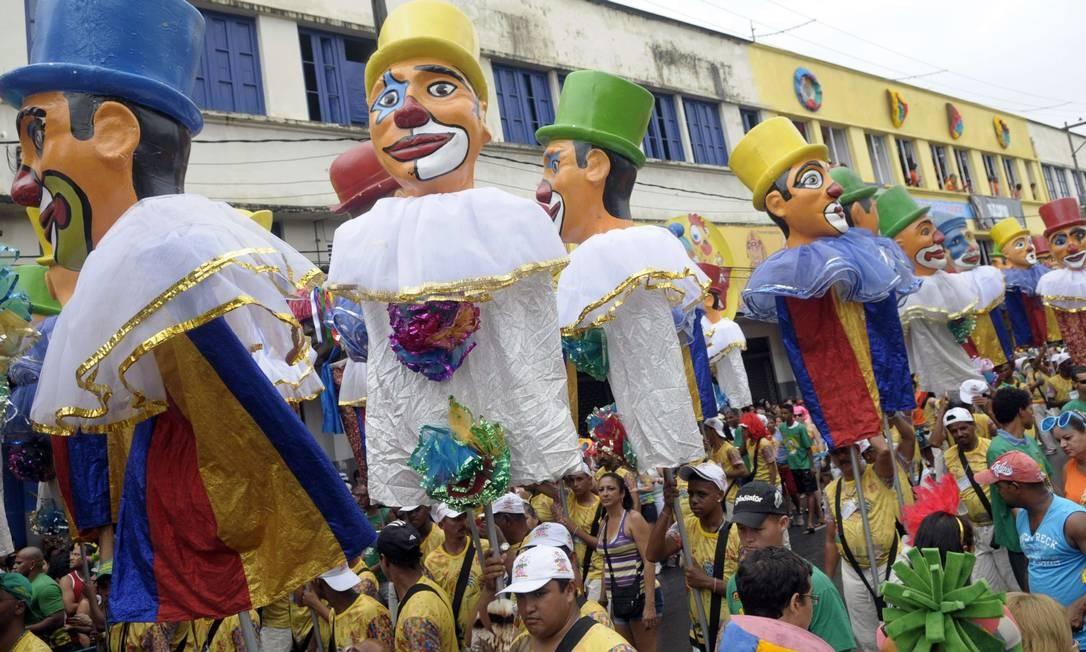 Ao som do frevo, o Galo da Madrugada comandou a alegria nas ruas do Recife, com homenagens ao reio do baião Luiz Gonzaga Foto: AFP