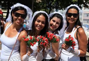 Foliãs chegaram ao Empolga às 9 'preparadas' para casar Foto: Simone Marinho / Agência O Globo