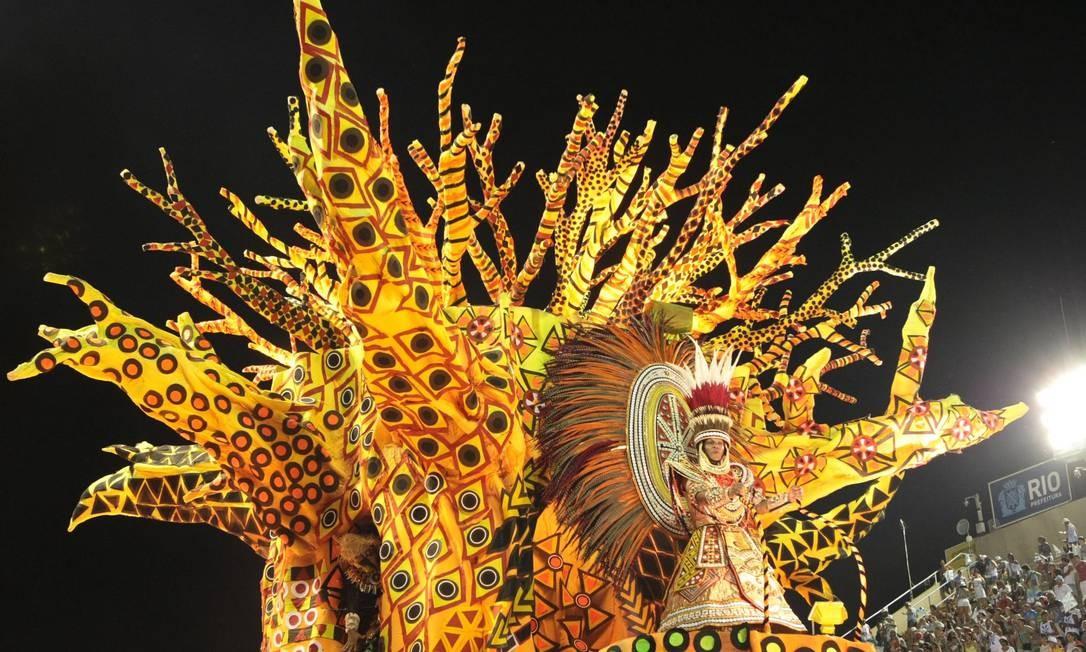 Um dos carros alegóricos da Vila Isabel. Esta foi a primeira incursão da carnavalesca Rosa Magalhães pelo tema África Foto: Marcelo Piu / O Globo