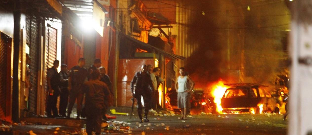 Traficantes trocaram tiros com policiais e atearam fogo em viatura da PM no Morro de São Carlos Foto: Fernando Quevedo / O Globo