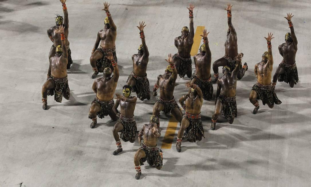 Comissão de frente da Vila Isabel mostra parte da coreografia Foto: Custódio Coimbra / O Globo