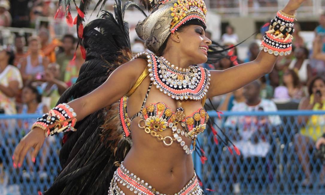 Quitéria Chagas embeleza o desfile da Vila, que homenageia a África Foto: Gabriel de Paiva / O Globo