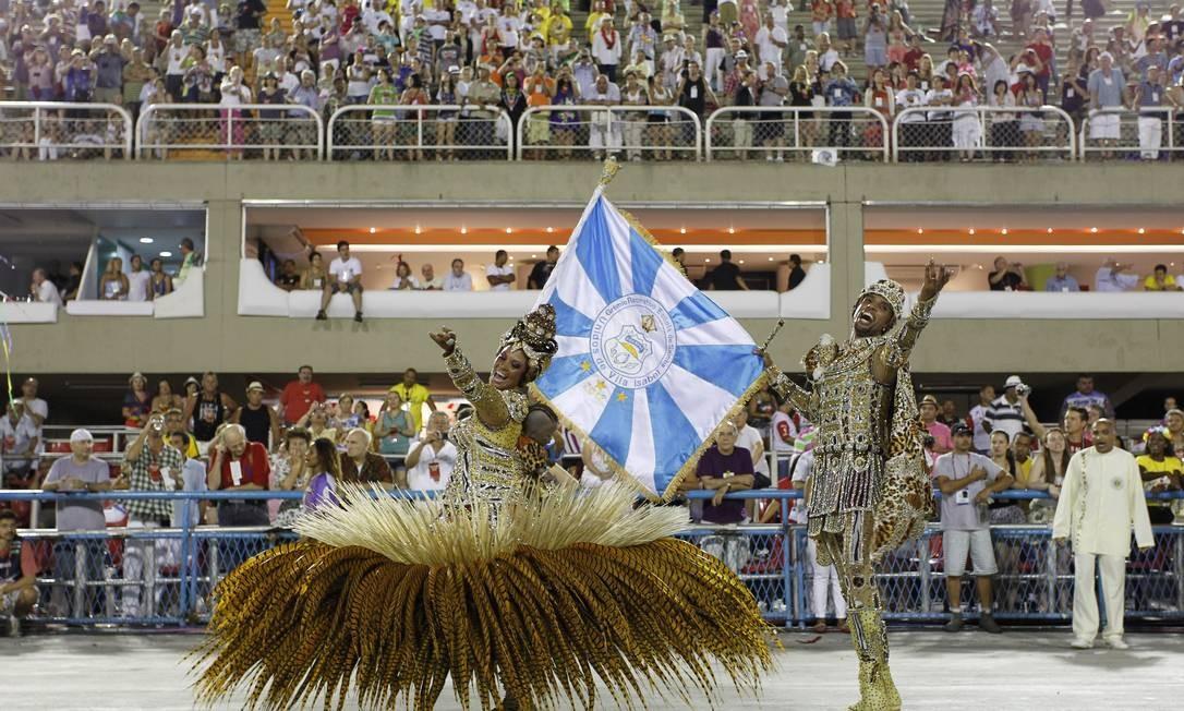 A coreografia do casal do mestre-sala e porta-bandeira Foto: Guito Moreto / O Globo