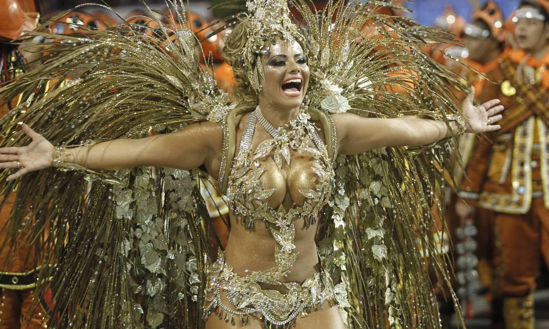 A rainha de bateria do Salgueiro, Viviane Araújo, fantasiada de tesouro de Lampião Agência O Globo / Marcelo Carnaval