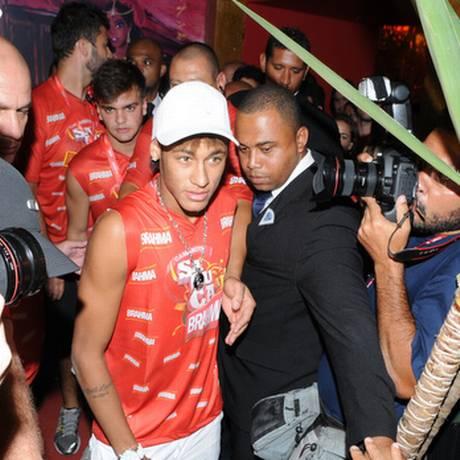 O atacante santista Neymar foi alvo preferencial dos fotógrafos no segundo dia de desfiles na Sapucaí Foto: Divulgação