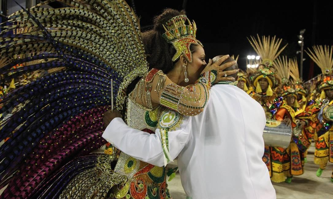 Mestre Noca, à frente da bateria da Imperatriz, levou o Estandarte de Ouro de Revelação de 2012. Na foto, Noca ganha um beijo da rainha Luiza Brunet Foto: Agência O Globo / Márcia Foletto