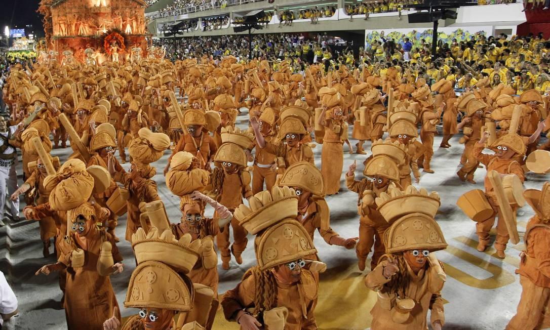 O prêmio de Melhor Ala ficou com a ala da comunidade da Unidos da Tijuca, com a fantasia de bonecos de barro Foto: Agência O Globo / Guito Moreto