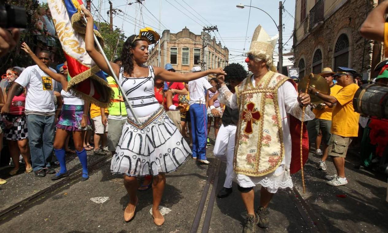 Foliões brincam de mestre-sala e porta-bandeira no Carmelitas Foto: Jorge William / Agência O Globo