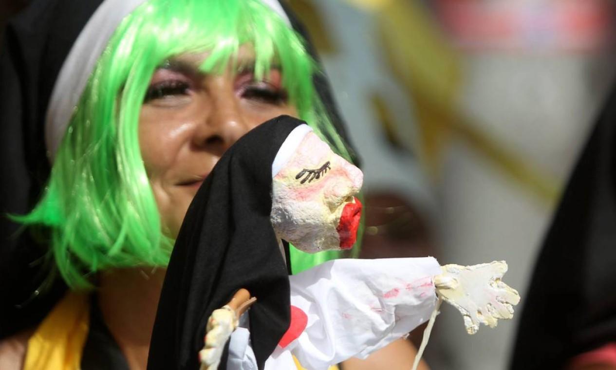 Freira de cabelo verde? Só no Carmelitas Foto: Jorge William / Agência O Globo