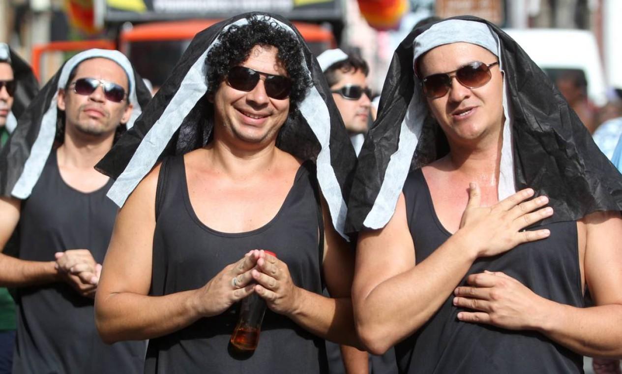 Homens fantasiados de freiras, imagem já tradicional do Carmelitas Foto: Jorge William / Agência O Globo