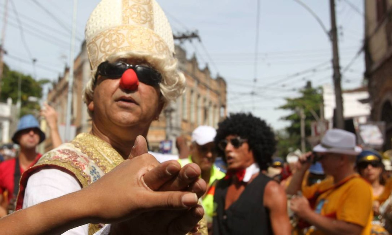 Bispo dá a bênção no meio do bloco Foto: Jorge William / Agência O Globo
