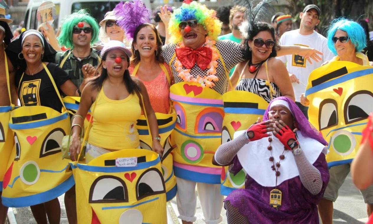 Palhaças fazem a alegria do bloco Foto: Jorge William / Agência O Globo