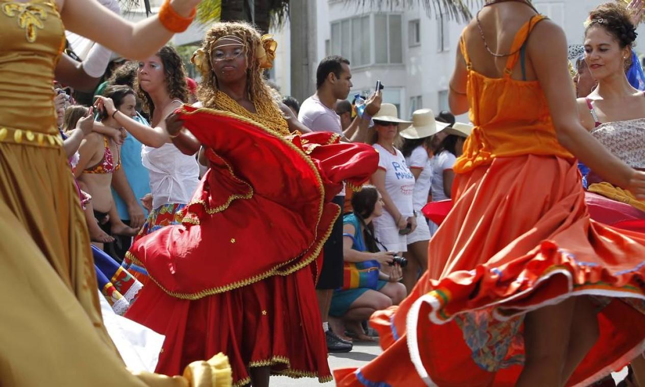 Vestidos e saias longas ajudaram a dar o efeito desejado às coreografias Foto: Agência O Globo / Mônica Imbuzeiro