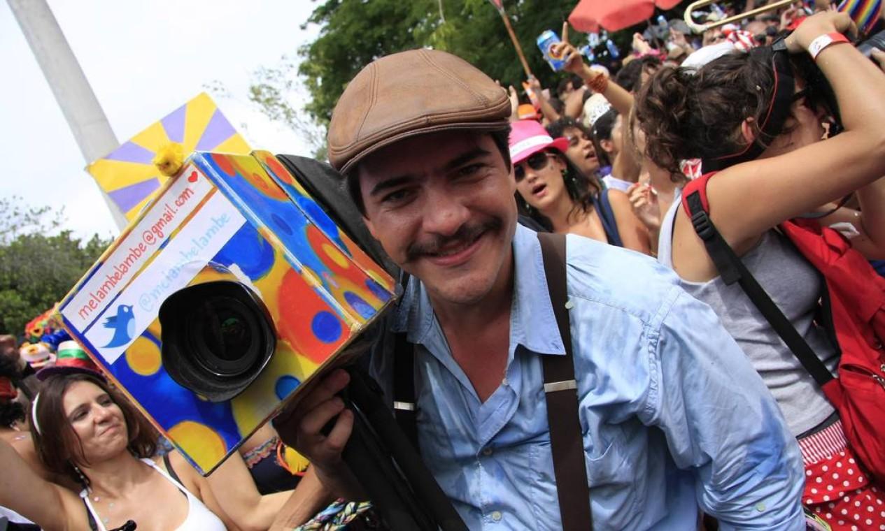 O folião faz graça com a fantasia Foto: Agência O Globo / Luiz Ackermann