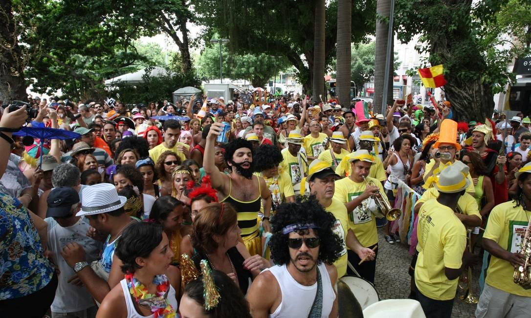BLOCO LARGO do Machado, Mas Não Largo do Copo animou com marchinhas de carnavais antigos Foto: Agência O Globo / Eduardo Naddar