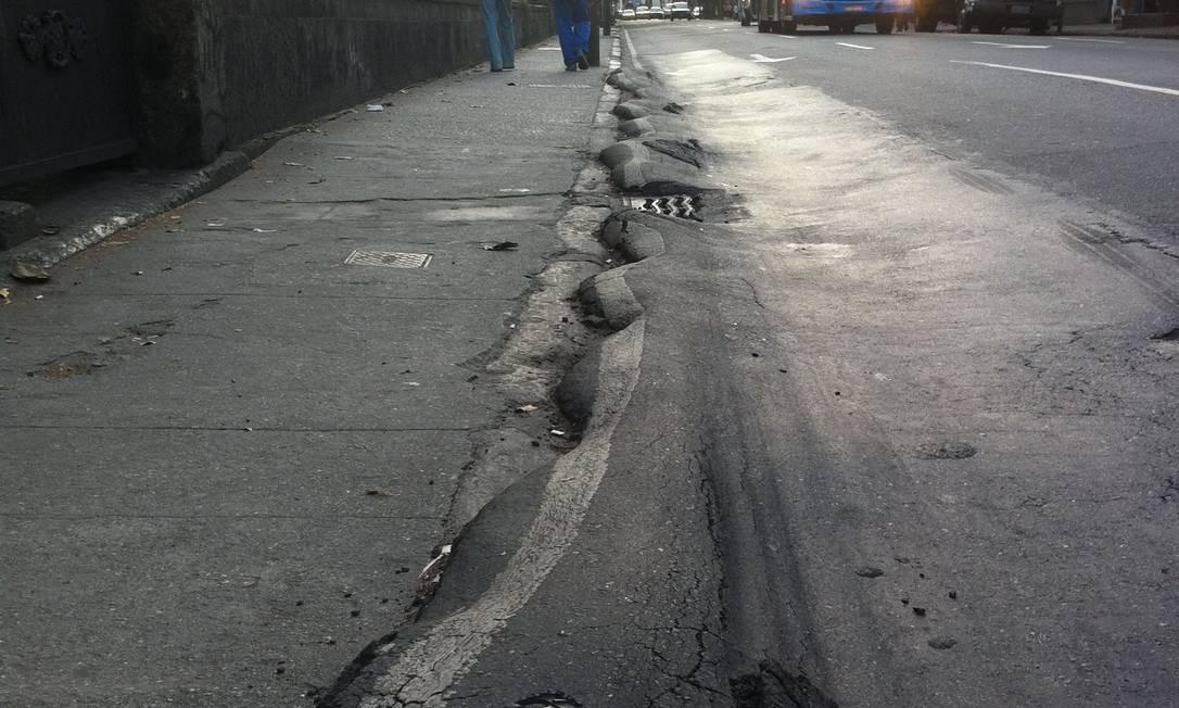 Ondulações no acostamento da Rua São Clemente, em Botafogo, provocam acidentes Foto: Foto do leitor Bernardo Costa
