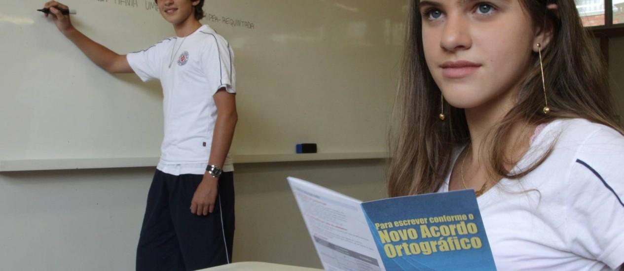 Os alunos do colégio Visconde de Porto Seguro, Lígia e Gabriel, estão ligados na nova ortografia Foto: Michel Filho / Agência O Globo